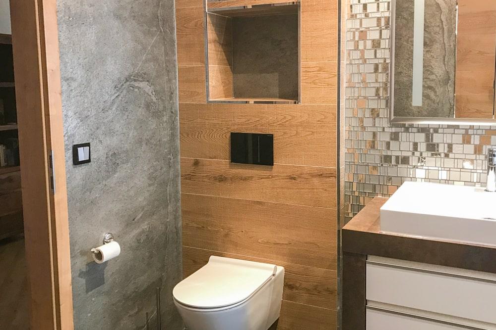 Bad mit Naturstein und Fliesen in Holzoptik